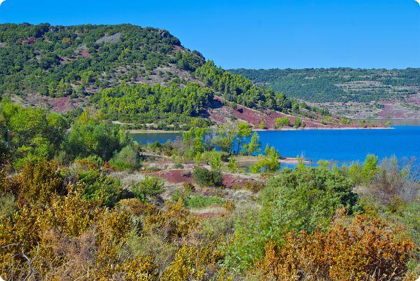 Le Lac du Salagou et ses couleurs détonantes est le cadre parfait pour une baignade